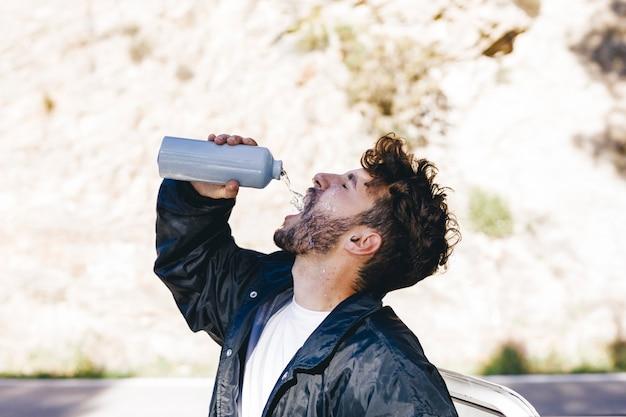 Vue côté, de, homme, à, bouteille eau Photo gratuit