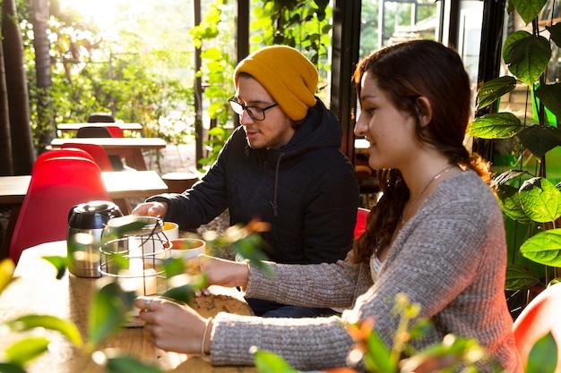 Vue côté, de, homme femme, à, café-restaurant Photo gratuit