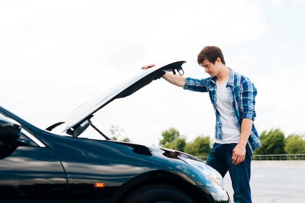 Vue côté, de, homme, ouverture, capot voiture Photo gratuit