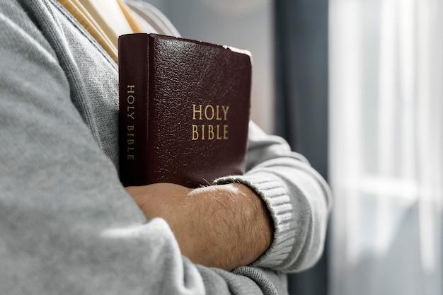 Vue Côté, De, Homme, Tenue, Bible, Dans, Bras Photo Premium