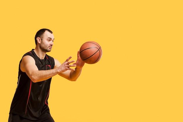 Vue Côté, De, Joueur Masculin, Lancer, Basket-ball, à, Copie, Espace Photo gratuit