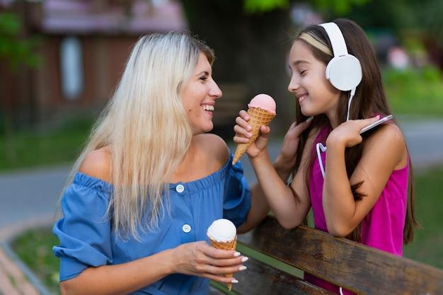 Vue côté, de, maman, fille, dans, parc Photo gratuit