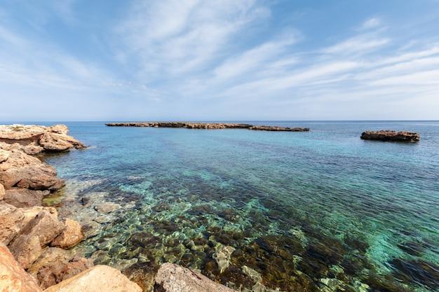 Vue d'une côte rocheuse le matin Photo Premium