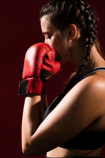 Vue De Côté Tir Moyen O Femme Athlétique En Vêtements De Fitness Photo gratuit