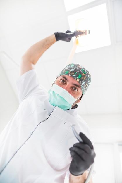 Vue en coupe basse d'un dentiste masculin Photo gratuit
