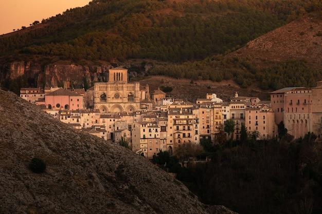 Vue Depuis La Capitale Cuenca Dans La Région De Castilla-la Mancha En Espagne. Photo Premium