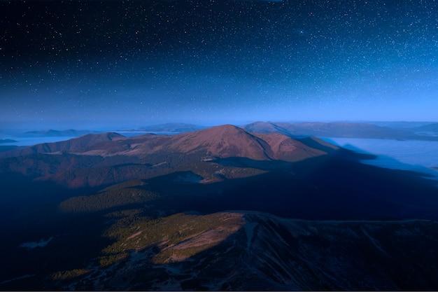 Vue Depuis Hoverla, Sur Le Ciel étoilé Au-dessus Des Sommets Des Carpates. Photo Premium