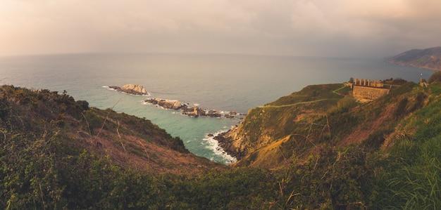 Vue Depuis Zarautz Et Getaria Sur La Côte Du Pays Basque. Photo Premium