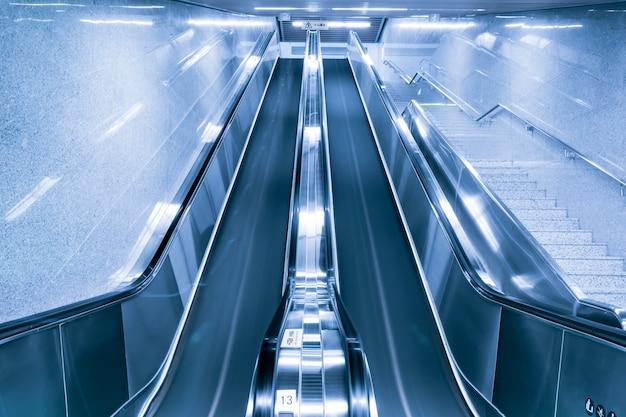 Vue De Dessous Des Escaliers Mécaniques Photo gratuit