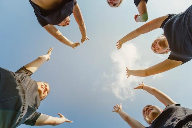 Vue de dessous des femmes assemblant leurs mains Photo gratuit
