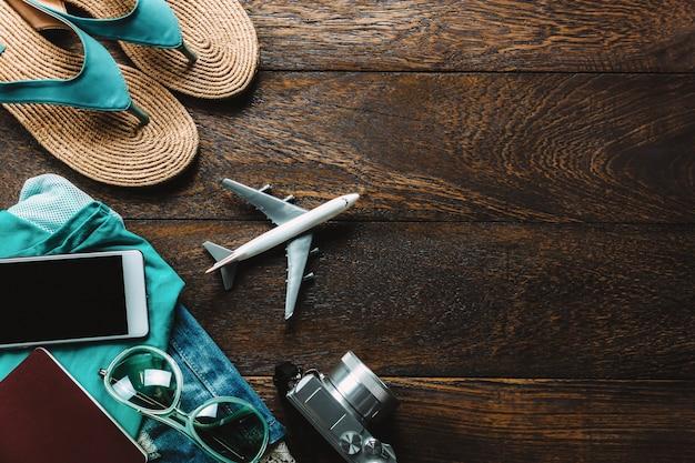 Vue de dessus accessoires voyage avec téléphone portable, appareil photo, lunettes de soleil Photo gratuit