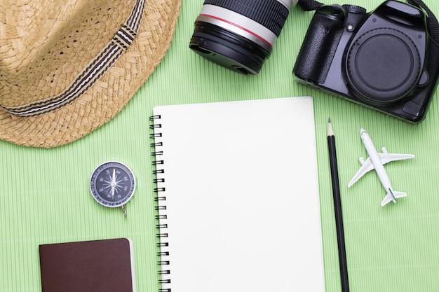 Vue de dessus des accessoires de voyageur avec un espace vide pour des informations textuelles, concept de voyage voyage vacances Photo Premium
