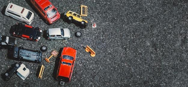 Vue De Dessus D'un Accident De Voiture (miniature, Jouet) Dans La Rue Concept D'assurance. Photo Premium