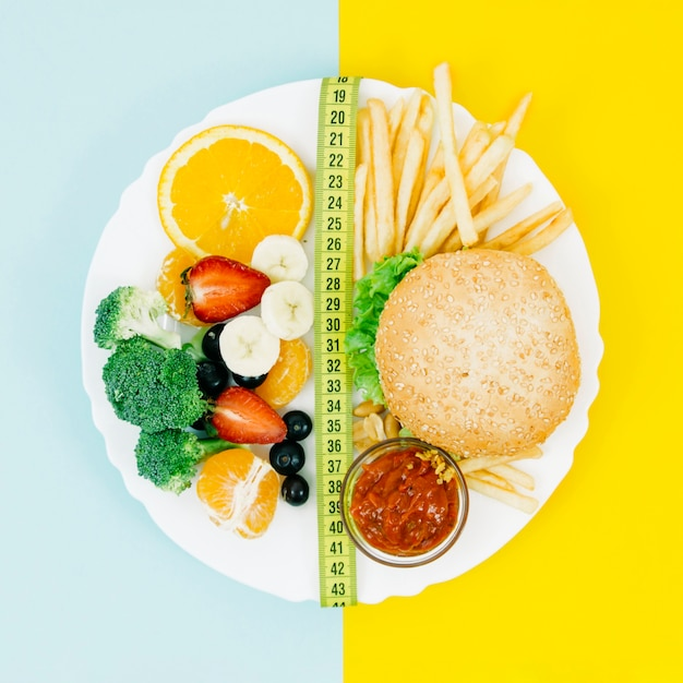Vue de dessus des aliments sains vs aliments malsains Photo gratuit