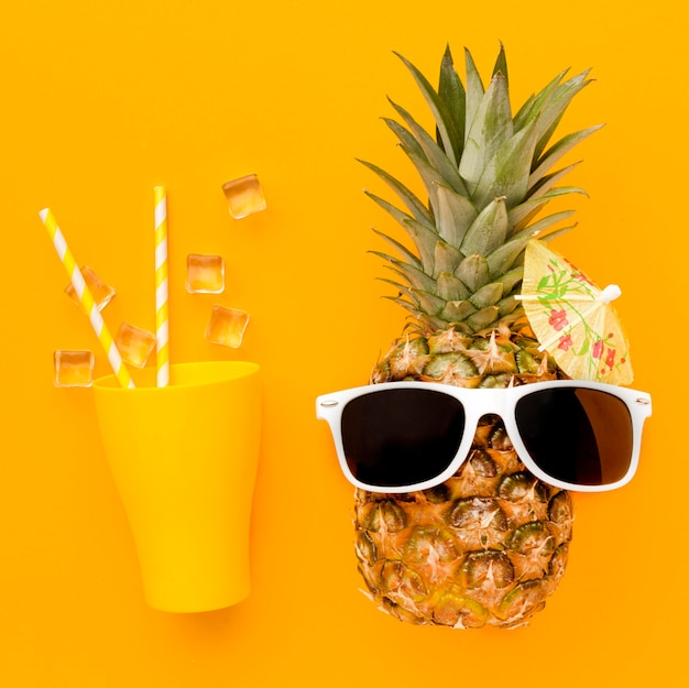 Vue De Dessus Ananas Avec Cocktail D'été Photo gratuit