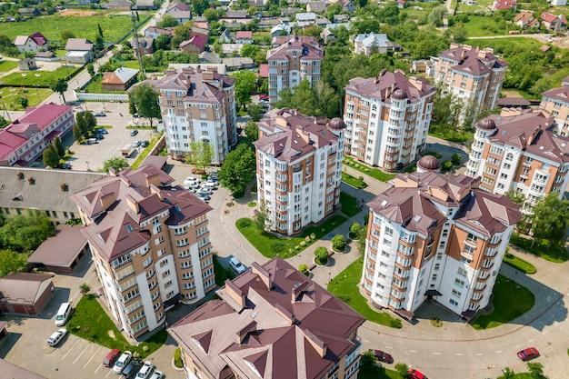 Vue de dessus d'appartement ou de bureau de grands immeubles, voitures garées, paysage urbain de la ville. drone photographie aérienne. Photo Premium