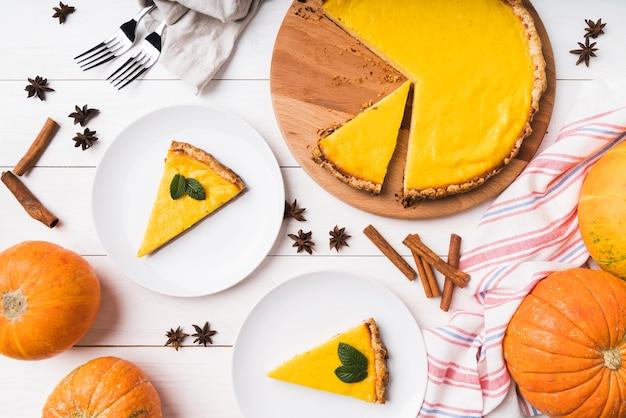 Vue De Dessus Arrangement Alimentaire Avec Tarte Photo gratuit