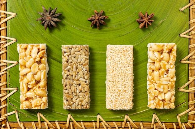 Vue de dessus arrangement de barres de céréales Photo gratuit