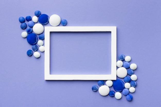 Vue De Dessus Arrangement De Cailloux Bleus Et Blancs Photo gratuit