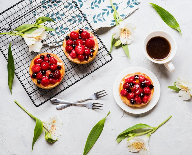 Vue De Dessus Arrangement De Gâteaux Fruités Photo gratuit