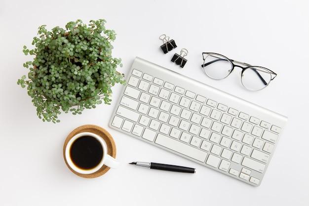 Vue De Dessus Arrangement De Lieu De Travail Moderne Sur Fond Blanc Photo gratuit