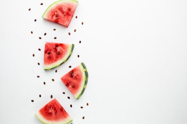 Vue de dessus arrangement de melon d'eau en tranches avec espace de copie Photo gratuit