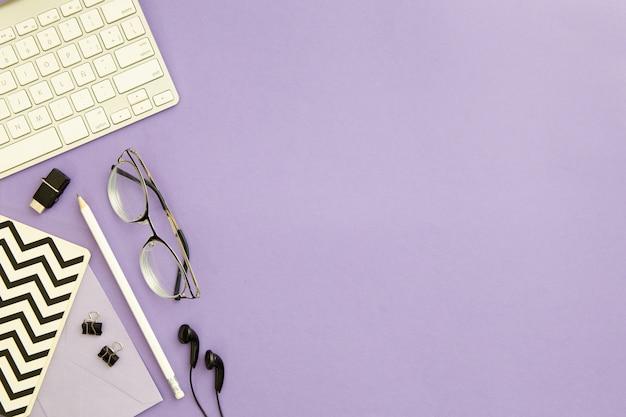 Vue De Dessus Arrangement De Travail Sur Fond Violet Avec Espace Copie Photo Premium