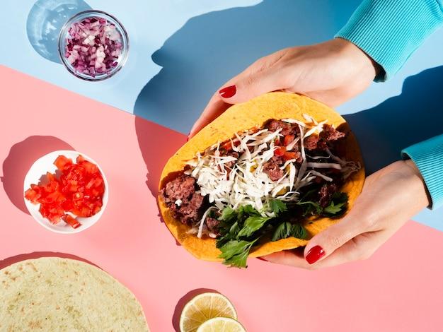 Vue de dessus arrangement de viande et de légumes pour taco mexicain Photo gratuit