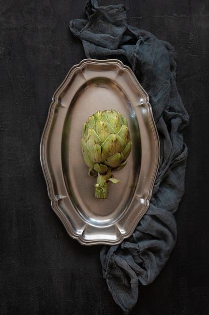 Vue de dessus d'artichaut frais vert sur plat en métal Photo Premium