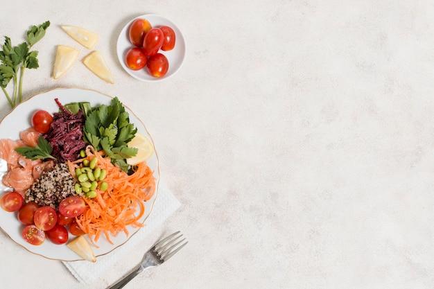 Vue de dessus d'une assiette d'aliments sains Photo gratuit