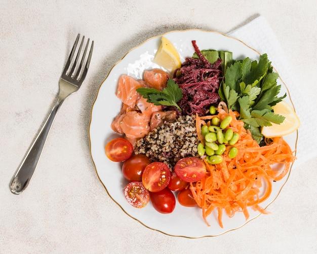 Vue de dessus d'une assiette avec un assortiment d'aliments sains Photo gratuit