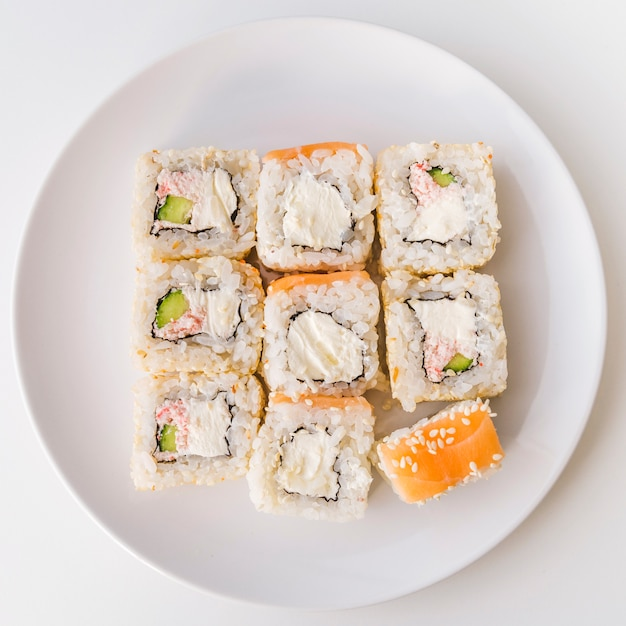 Vue de dessus d'une assiette de sushi Photo gratuit