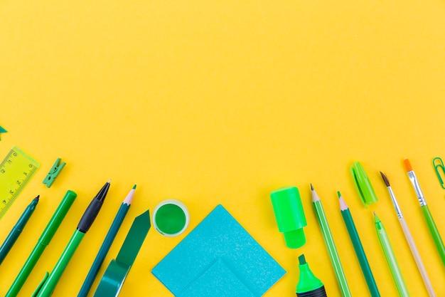 Vue De Dessus Assortiment De Crayons Et Marqueurs Avec Espace Copie Photo gratuit