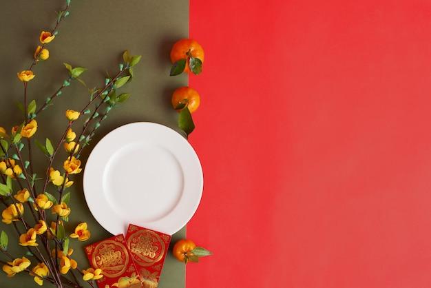 Vue de dessus des attributs tet sur fond rouge Photo gratuit