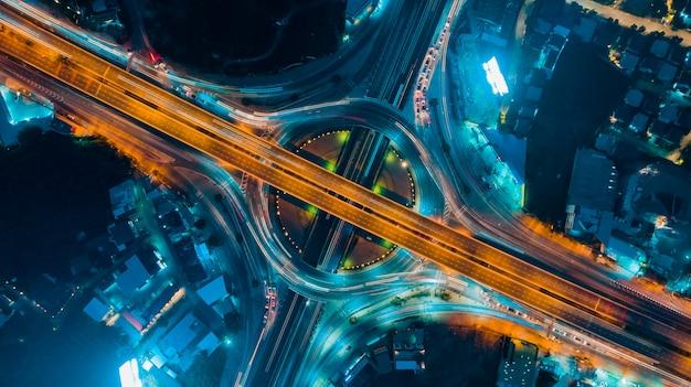 Vue de dessus d'autoroute, le trafic routier est une infrastructure importante en thaïlande Photo Premium