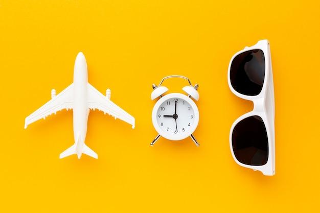 Vue De Dessus Avion, Horloge Et Lunettes De Soleil Photo gratuit