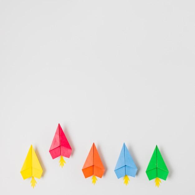 Vue de dessus des avions en papier coloré Photo gratuit