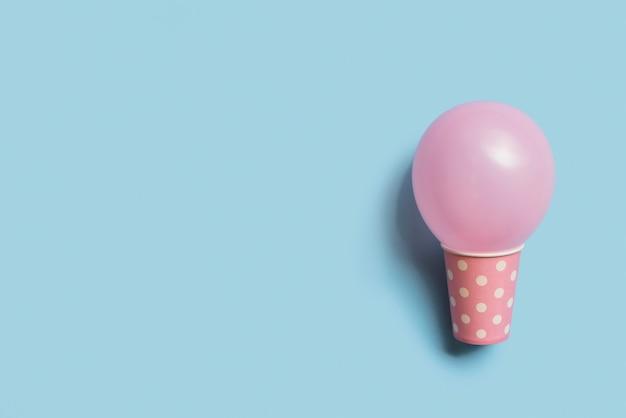Vue De Dessus Ballon De Couleur Pastel à L'intérieur Du Gobelet En Papier Photo gratuit