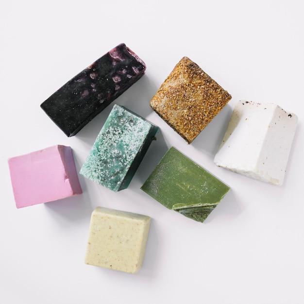 Vue de dessus des barres de savon colorées sur fond blanc Photo gratuit