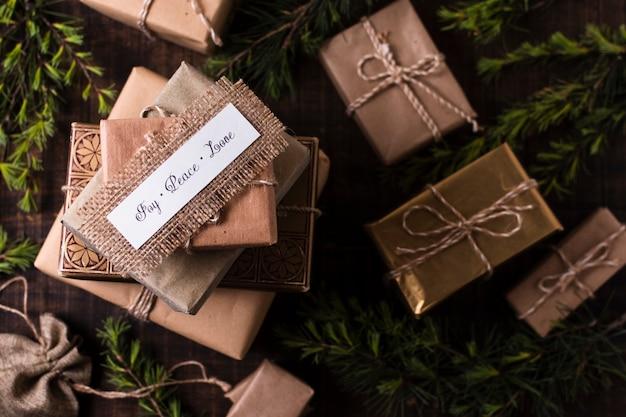 Vue de dessus beaux cadeaux emballés Photo gratuit