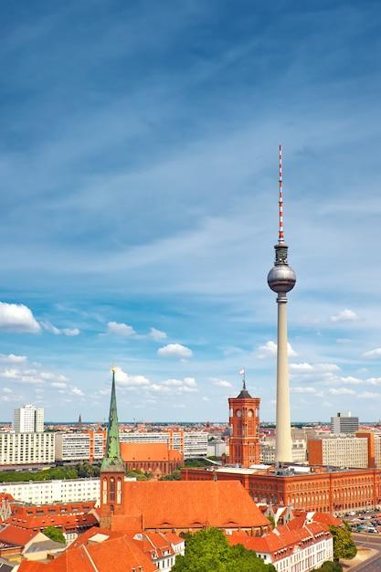 Vue de dessus de berlin est avec la tour de télévision sur alexanderplatz et les toits de la ville Photo Premium