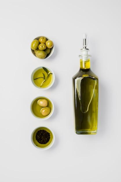 Vue de dessus bio huile d'olive et olives Photo gratuit