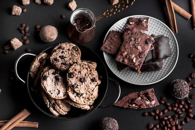 Une vue de dessus de biscuits au muesli au chocolat et chocolat sur fond noir Photo gratuit
