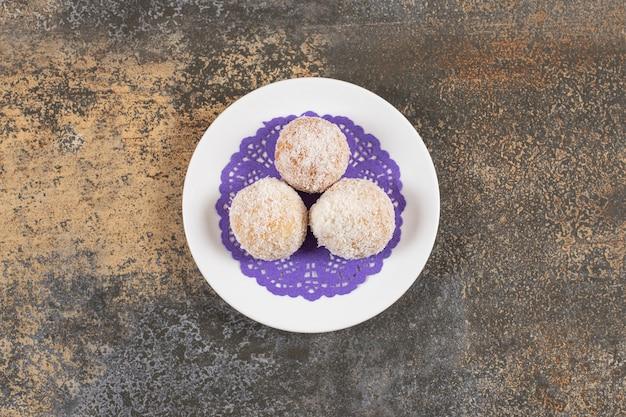 Vue De Dessus Des Biscuits Faits Maison Sur Une Assiette Sur Une Table Rustique. Photo gratuit