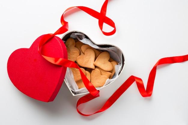 Vue de dessus des biscuits en forme de coeur dans une boîte Photo gratuit