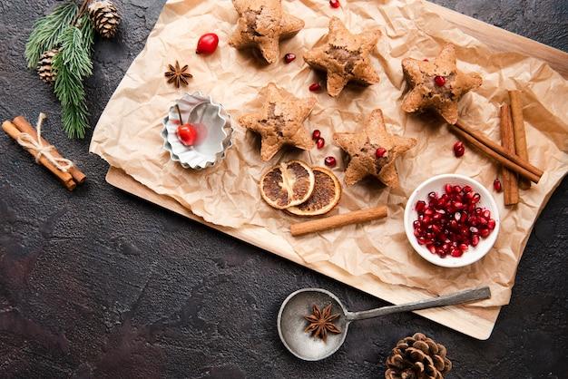 Vue dessus, de, biscuits, à, grenade, et, agrumes séché Photo gratuit