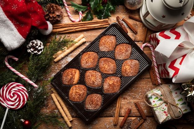 Vue de dessus des biscuits de noël avec des décorations Photo gratuit