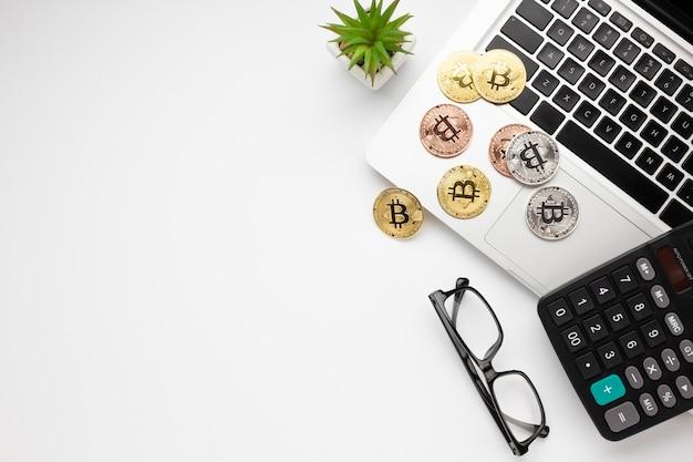 Vue de dessus de bitcoin sur ordinateur portable Photo gratuit