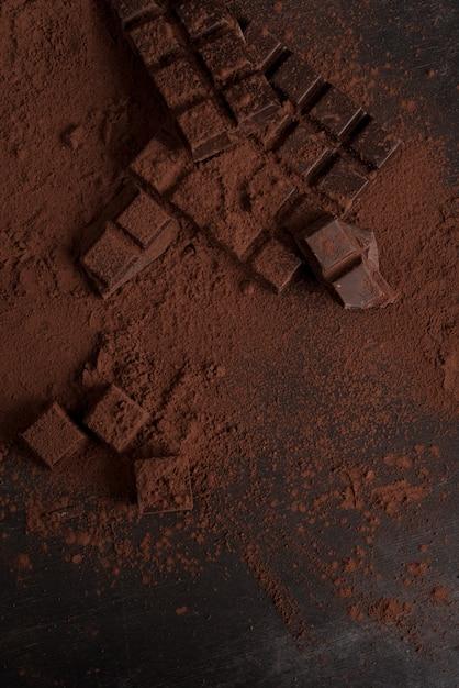 Vue De Dessus Des Blocs De Chocolat Noir écrasés En Morceaux Photo gratuit