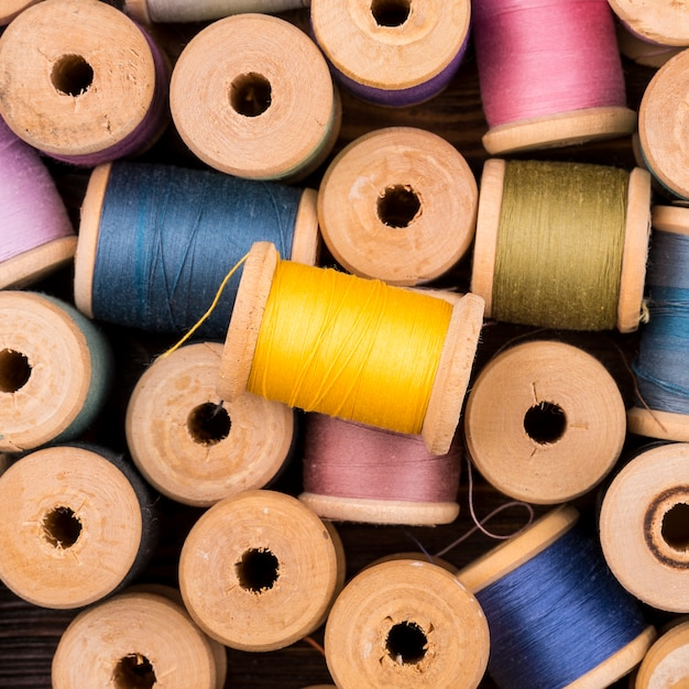 Vue de dessus des bobines de fil de couleur Photo gratuit